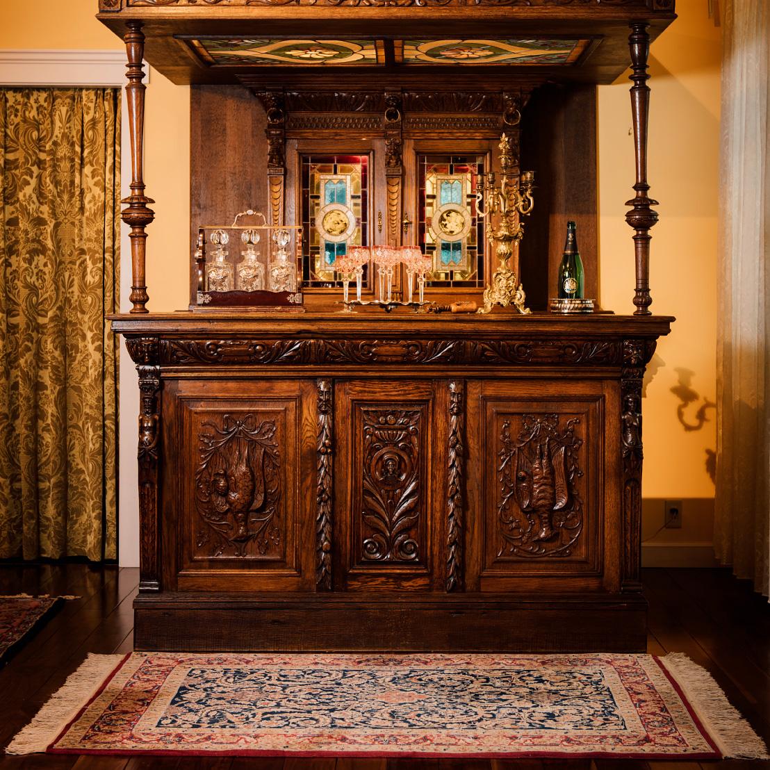 ウィグル手織絨毯によりアンティーク家具の「格」がさらに上がります