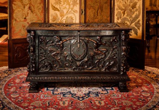 価値ある上質アンティーク家具にはウイグル手織絨毯は必需品