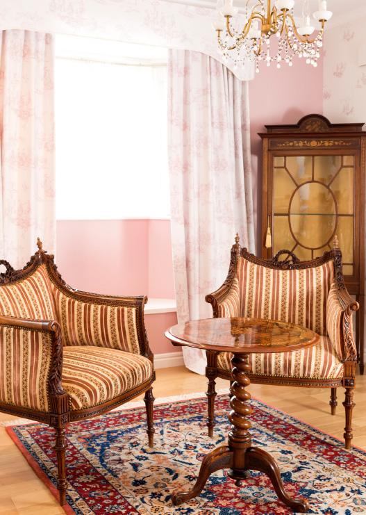 ウイグル手織絨毯とアンティーク家具による華麗なコーディネート