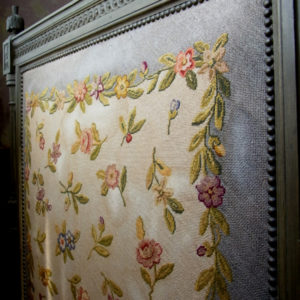2.ヘッドボードに施された美しいプチポワン刺繍