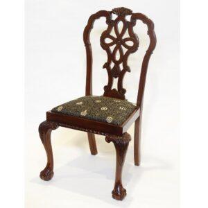 4.王室御用達生地の格調高い椅子